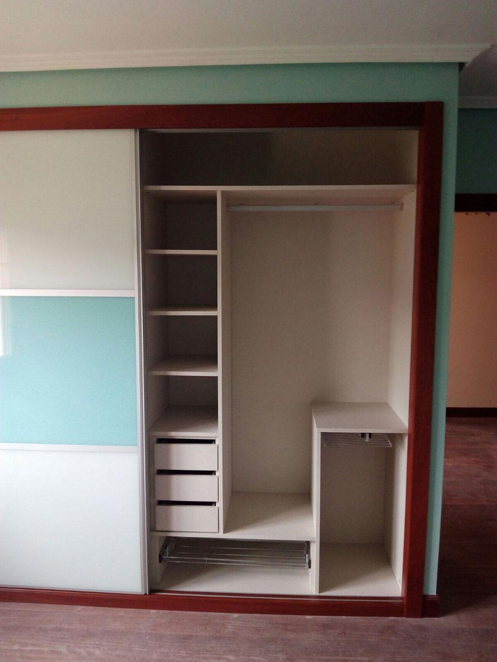 Interior armario con accesorios artelan armairuak - Accesorios para armarios ...