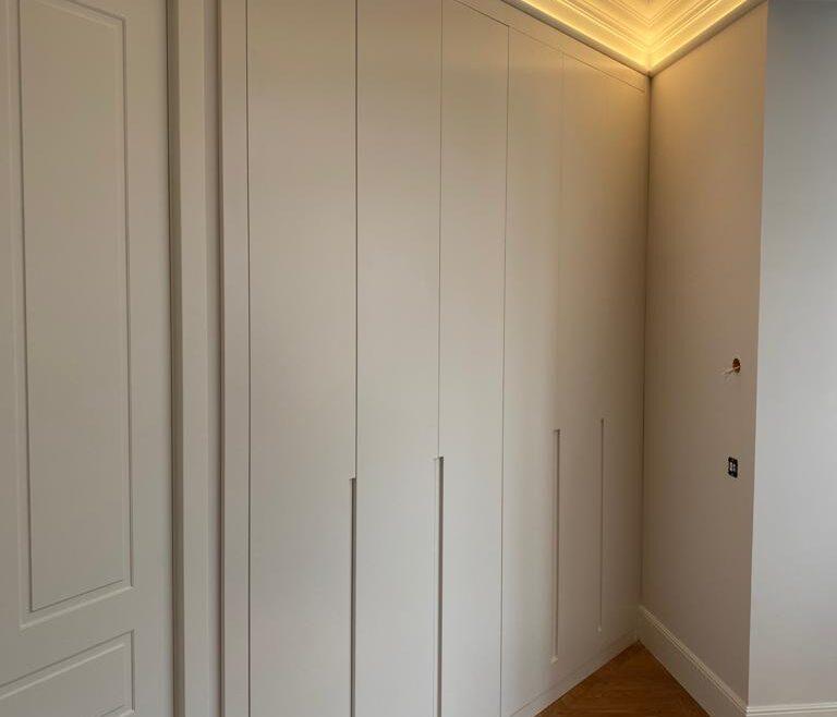 Espectacular reforma en Bilbao, armario lacado con uñeros y detalle de interior aprovechando el ángulo oculto