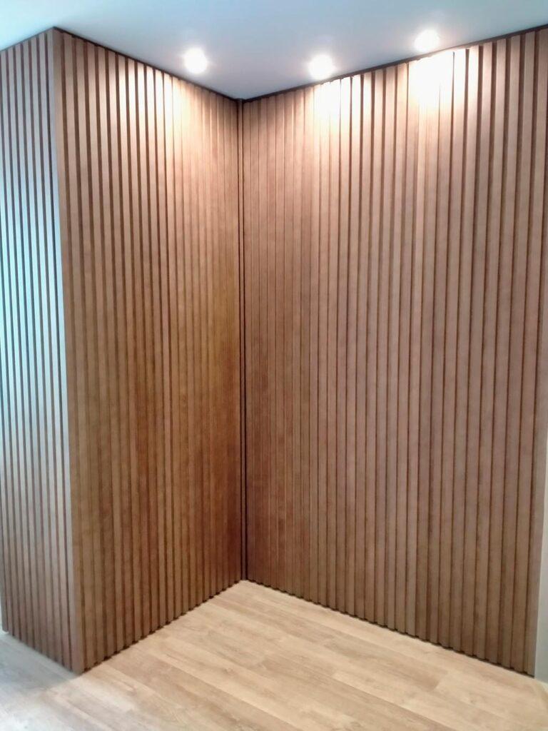 Armario en rincón formado por paneles alistonados